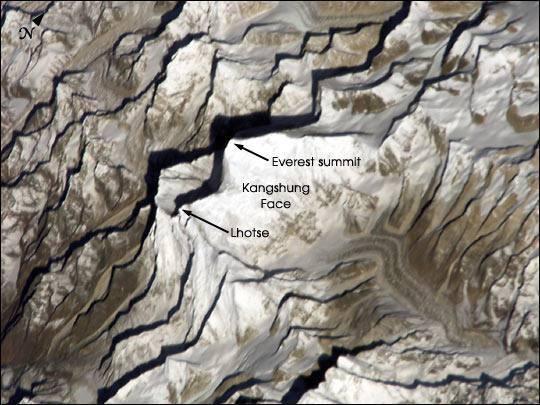 Il 20 marzo 2002 l'astronauta Dan Bursch della missione 4 sulla Iss fotografa il gruppo dell'Everest nella luce del mattino (Nasa)