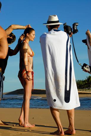 Per il 2010 il celebre Calendario Pirelli si affida al fascino del Brasile e all'arte del fotografo americano Terry Richardson, celebre «enfant terrible» e noto per il suo stile provocatorio e trasgressivo. Nelle 30 immagini che scandiscono i dodici mesi dell'anno, Richardson raffigura il ritorno a un eros giocoso e puro, catturando il lato più solare della femminilità. Ritrae una donna accattivante perché semplice, che gioca con gli stereotipi per annullarli, che fa dell'ironia l'unico velo di cui cingersi (foto Pirelli - The Cal)