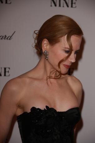 Il trucco c'è e si vede benissimo: alla premiere newyorkese del musical «Nine» l'attrice australiana Nicole Kidman si è presentata con una misteriosa polvere bianca sul naso e sotto gli occhi. La star, solitamente immacolata e composta, ha camminato sul red carpet dello Ziegfeld Theatre di New York in un elegantissimo abitino nero, ma con il viso totalmente imbiancato. Qualche cosa, evidentemente, è andato storto durante la fase di trucco. Colpa dei suoi personali artisti del make-up, che non hanno risparmiato con le pennellate. «Datele uno specchio», scherza il Daily News... (Elmar Burchia).