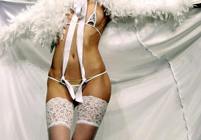 La sfilata di moda intima Wedding Folies a Beirut (Epa)