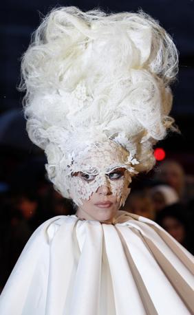 Come previsto, Lady GaGa ha sbancato i Brit Awards, i Grammy della musica britannica, aggiudicandosi tre premi e offrendo un omaggio toccante ad Alexander McQueen, lo stilista morto suicida la settimana scorsa.  La camaleontica GaGa, che si è presentata con un abito bianco che ricordava Pierrot e una parrucca stile settecento francese, ha collezionato le statuette di migliore artista femminile internazionale, miglior album per «The Fame» e rivelazione dell?anno. «Grazie a Lee McQueen», ha dichiarato con voce rotta dal pianto la cantante, amica dello stilista, ricevendo il primo premio (Reuters)