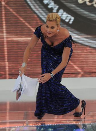 «Isola dei famosi» al via con imprevisto: durante la prima puntata Simona Ventura è caduta in diretta, forse per colpa dei tacchi altissimi. La conduttrice si è rialzata subito: «So cadere - ha detto - perché sono stata più volte sugli sci e la cosa più difficile è sapersi rialzare» (Liverani)