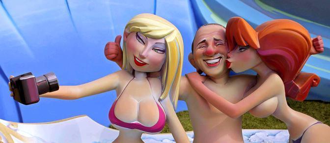 """Politici alla berlina alle """"Fallas"""", la tradizionale festa di Valencia, in Spagna, in onore di San Giuseppe patrono dei falegnami. Il nome deriva dalle costruzioni artistiche fatte di materiali combustibili, cartapesta e legno, che rappresentano personaggi dell'attualità politica e non solo: la notte del 19 le 'fallas' vengono bruciate in altissimi falò. Uno dei protagonisti dell'edizione di quest'anno è Silvio Berlusconi, raffigurato circondato da donnine (Photomasi)"""