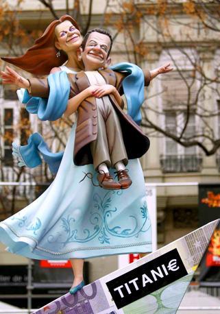 Nel mirino anche Sarkozy: il presidente francese è raffigurato con l'altissima moglie Carla Bruni (Photomasi)