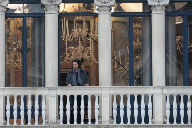 Johnny Depp al balcone di Palazzo Pisani Moretta durante le riprese del film The Tourist a Venezia (Manuel Silvestri/Polaris)