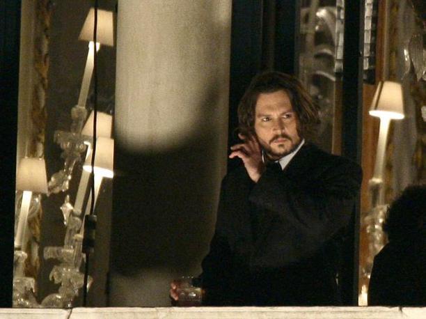 Johnny Depp al balcone di Palazzo Pisani Moretta durante le riprese del film The Tourist a Venezia (Venicepix)