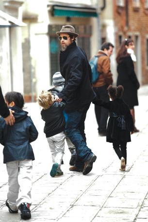 Brad Pitt con i figli suoi e di Angelina Jolie Shiloh, Zahara e Pax per le calli di Venezia (Olympia)