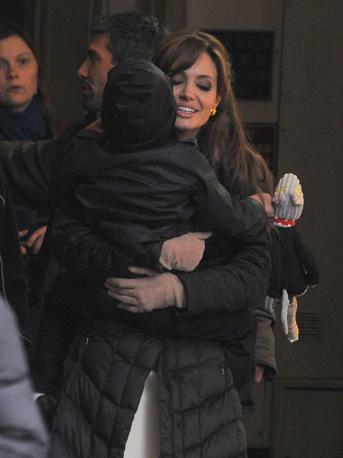 A Parigi Angelina Jolie abbraccia il figlio Pax di 6 anni (Olycom)