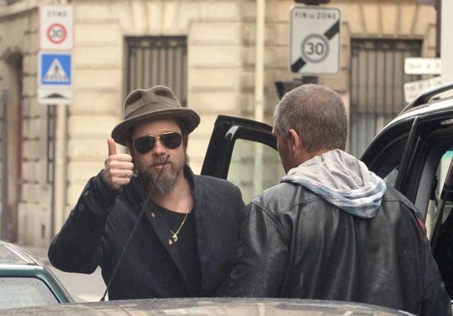 A Parigi c'era anche Brad Pitt che seguiva con i figli Angelina (Olycom)