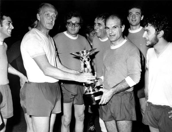 Con Sandro Ciotti ad un torneo di calcio (Fotogramma)