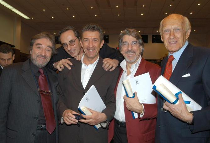 Vianello con Zuzzurro e gaspare, Marco Columbro ed Ezio Greggio in una foto del 2003 (La Presse) 