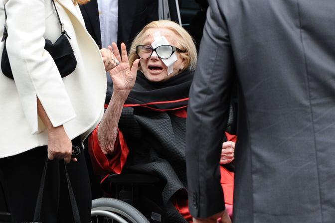 Sandra Mondaini saluta la folla (Image)