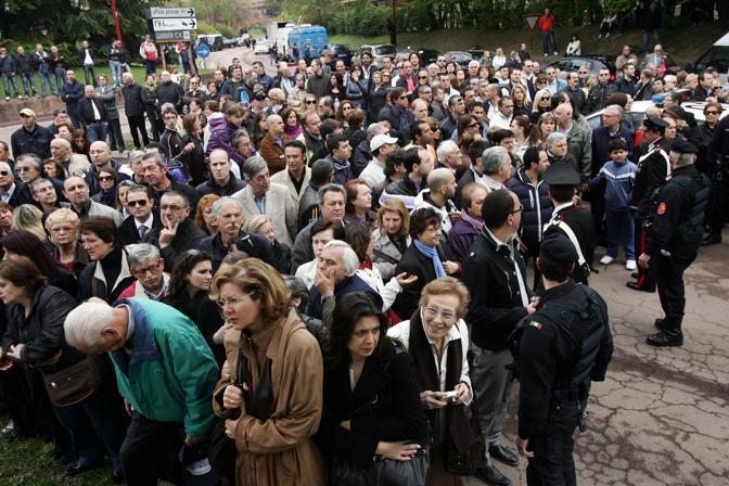 La folla in attesa all esterno della chiesa di Dio Padre a Segrate (Ansa)