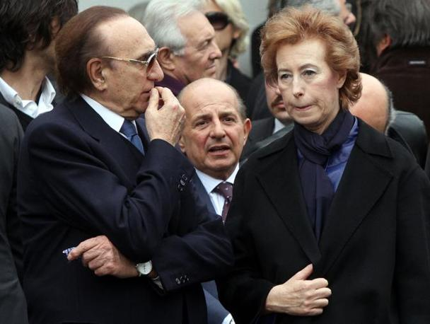 Da sinistra Pippo Baudo, Giancarlo Magalli e il sindaco di Milano Letizia Moratti al termine della funzione religiosa (Ansa)