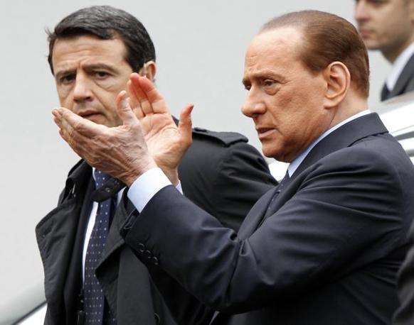 Il premier rende omaggio, applaudendo, al feretro di Vianello (Ap)