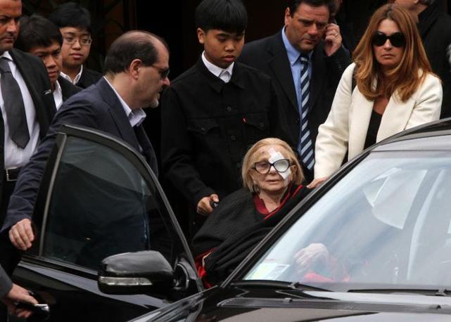 Sandra Mondaini accompagnata dalle persone più care esce dalla chiesa al termine della cerimonia funebre (Ansa)