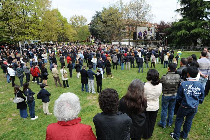 La gente segue l'omelia dal maxischermo (Image)