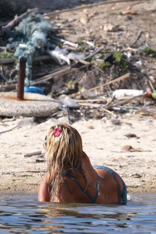La Marini come una sirena. Ma la vista sulla spiaggia non è certo idilliaca (Olympia)