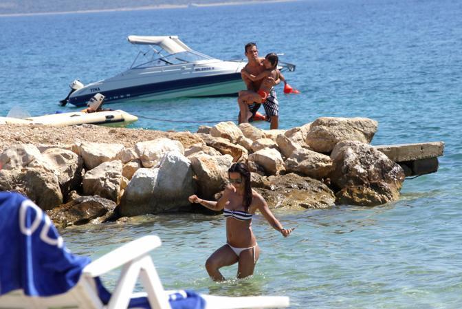 Nina Moric in vacanza nella sua Croazia. La modella è a Novalja con il figlio Carlos Corona e il compagno Martin Evans (Milestone)