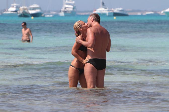 Paolo Bonolis in vacanza a Formentera con la moglie Sonia (La Presse)