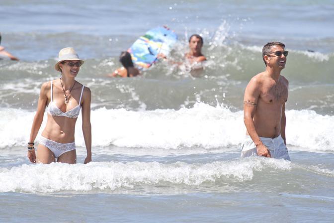 Martina Colombari e Billy Costacurta fanno il bagno a Forte dei Marmi (Olycom)