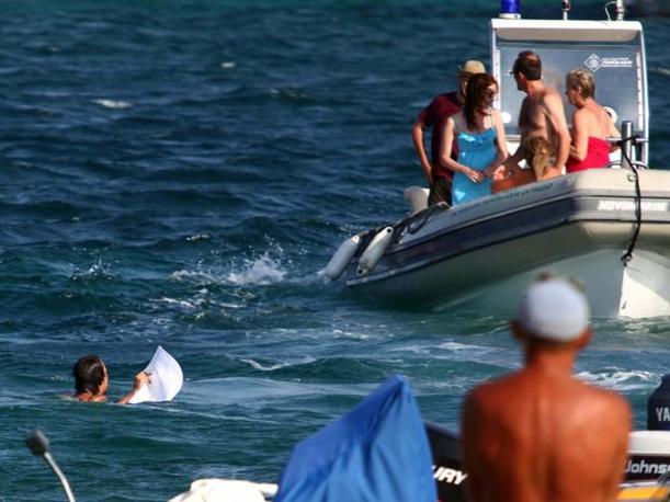 Un giovane però si tuffa in mare e lo recupera (LaPresse)