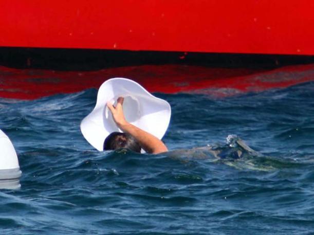 Una nuotata verso la barca (LaPresse)