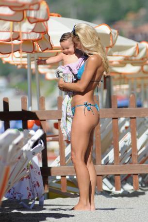 Michelle Hunziker ancora una volta fotografata sulla spiaggia di Varigotti: questa volta è con la sua Aurora e con la piccola figlia di un'amica (Olycom)