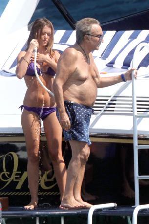 Porto Cervo, Cala di Volpe. Emilio Fede con un'amica in barca insieme a Elisabetta Gregoraci e Flavio Briatore (Olycom)