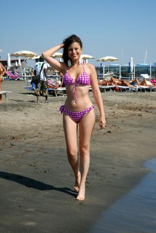 Sara Tommasi fotografata mentre passeggia sulla spiaggia di Fregene (ClicPhoto)