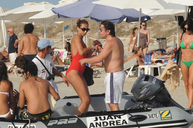 Stefano Ricucci e Flo Marincea in spiaggia alle Baleari. (Andrea Di Tondo/LaPresse)