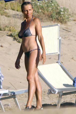 Isabella Ferrari, 46 anni portati con grande disinvoltura, in vacanza sulla spiaggia di Sabaudia con la famiglia (Olycom)