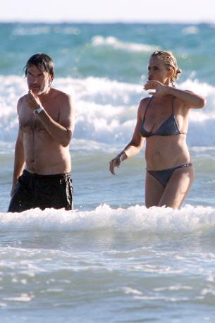 Isabella esce dall'acqua con il marito, Renato De Maria (Olycom)