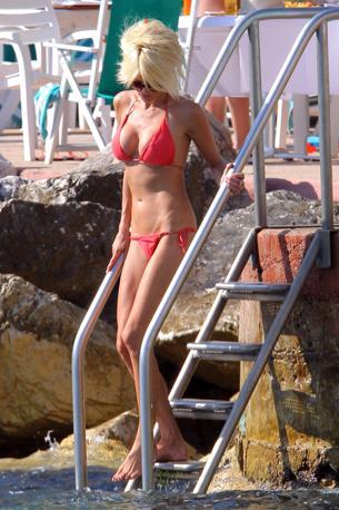 Victoria Silvstedt al mare a Montecarlo (Olycom)