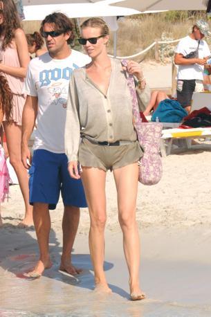 Eva Herzigova con il marito Gregorio Marsiaj e altri amici sulla spiaggia di Illetes (Olycom)