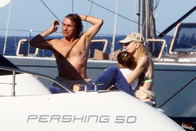 Luciano Ligabue con la compagna Barbara e la figlia Linda al largo della Sardegna (Olycom)