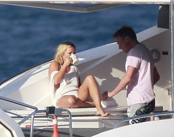 La ex Spice Girls Geri Halliwell in barca al largo del Principato di Monaco con il fidanzato Henry Beckwith. (Olycom)