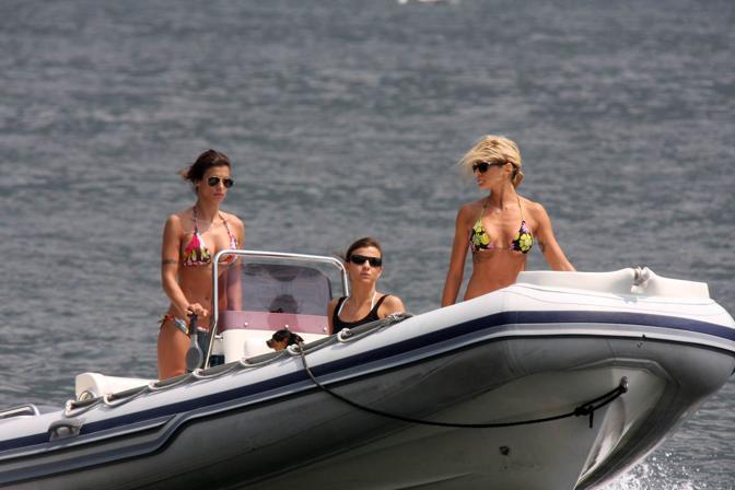 Elisabetta Canalis in barca a Laglio, sul lago di Como, con Maddalena Corvaglia e un'altra amica (Splashnews)