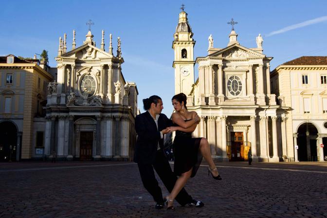 I maestri argentini Daniel Montano e Natalia Ochoa si esibiscono (Foto LaPresse)