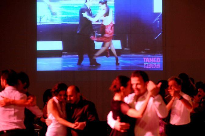 Il ballo nelle milonghe serali (Foto LaPresse)