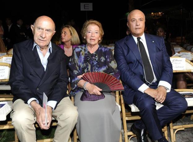 Alla sfilata Mario Boselli, la signora Clio Napolitano, moglie del presidente della Repubblica, e Stefano Dominella (Ansa)