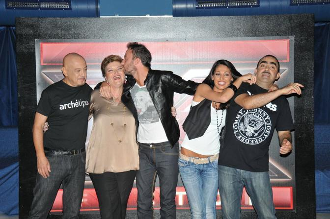 """Al via la nuova stagione di """"X Factor"""". Ecco il conduttore, Francesco Facchinetti, in mezzo ai quattro giurati: Enrico Ruggeri, Mara Maionchi, Anna Tatangelo ed Elio (Galbiati)"""