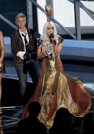 l video di 'Bad Romance' poi ha regalato a Lady Gaga la prima statuetta della cerimonia ufficiale, e l'artista si è mostrata sopraffatta dall'emozione quando ha ritirato il premio indossando uno degli ultimi modelli di Alexander McQueen, lo stilista morto lo scorso 11 febbraio. Il video ha poi vinto anche alcuni premi tecnici, migliore coreografia, miglior editing e miglior regia (Ap)