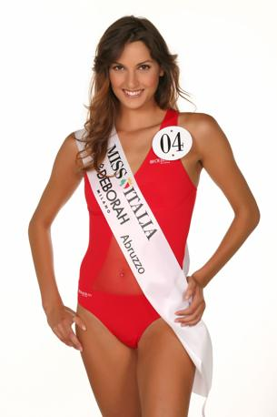 Laura Vernizzi - Miss Deborah Milano Abruzzo. È nata a Como il 12 settembre 1985, ma vive a Cantù (CO). Alta 1.76 m, ha capelli castani e occhi marroni. È una ginnasta italiana di grande livello: ha iniziato infatti a praticare questo sport a sei anni. È entrata nel giro della nazionale azzurra alla fine del 2003, esordendo a livello internazionale nella gara pre-olimpica di Atene nel 2004. Ha vinto la medaglia d'argento nel concorso a squadre alle Olimpiadi di Atene nel 2004 e la medaglia d'oro a squadre ai Campionati Mondiali di ginnastica ritmica di Baku (Azerbaijan), nel 2005.