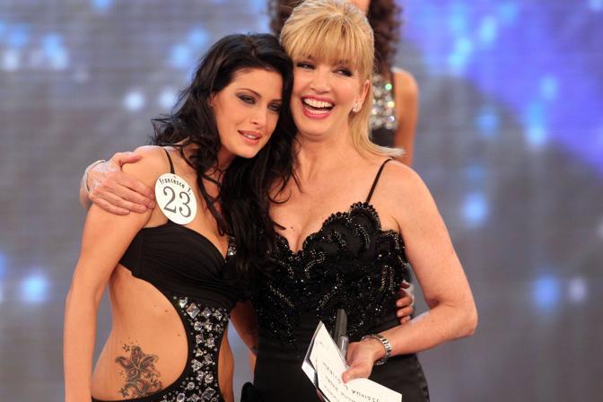 Francesca Testasecca, 19enne di Foligno, è la nuova Miss Italia 2010. Nella foto la reginetta con Milly Carlucci  (Ansa)