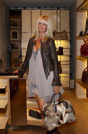 Shopping e modelle nelle strade di milano for Ufficio stampa design milano