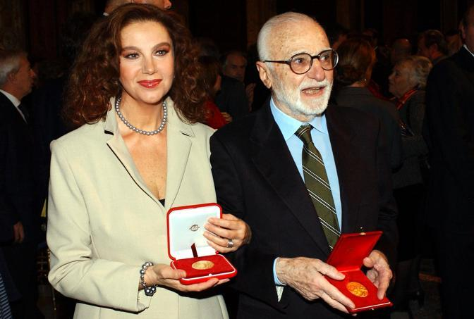 Monicelli e Stefania Sandrelli ricevono il premio Vittorio De Sica nel 2002 (Omega)