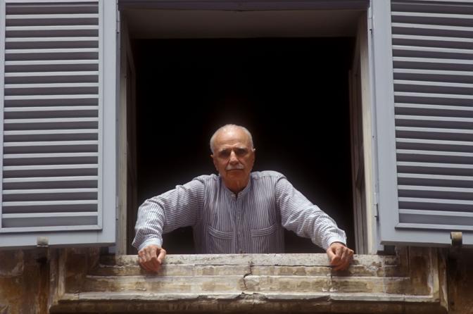 Monicelli alla finestra della sua casa romana (Agf)