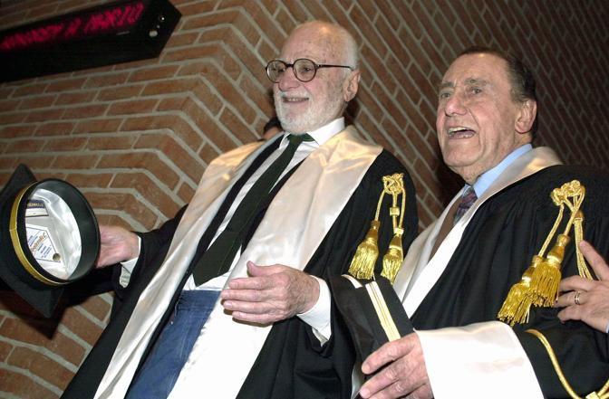 Nel 2002, Monicelli  con Alberto Sordi all' Università Iulm durante la cerimonia di consegna lauree ad honorem (Agf)