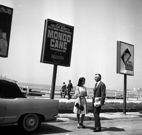 Mario Monicelli con Marisa Solinas  al XV Festival del cinema di Cannes del luglio 1962 (Ansa)
